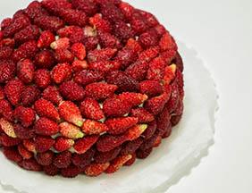 Torta con fragoline di bosco